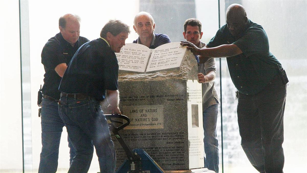 Removal of the Ten Commandments monument that Moore had installed in the rotunda of the state judicial building, August 21, 2003 (photo: Gettyimages)